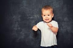 Criança do bebê e quadro-negro vazio Fotografia de Stock