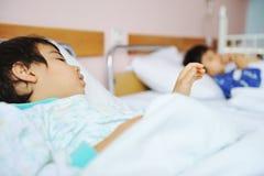 Criança doente no hospital Fotos de Stock Royalty Free