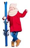 Criança entusiasmado feliz do menino que guarda o equipamento do esqui Fotografia de Stock