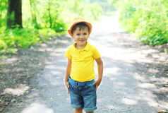 Criança feliz do rapaz pequeno no chapéu que anda no verão Fotos de Stock Royalty Free