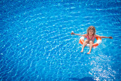 Criança feliz que joga na piscina Foto de Stock Royalty Free