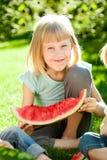 Criança feliz que tem o divertimento Fotos de Stock Royalty Free