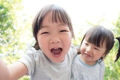 A criança feliz toma um selfie Imagem de Stock Royalty Free