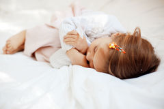 Criança na cama Foto de Stock Royalty Free