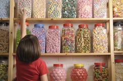 Criança na loja doce Fotos de Stock Royalty Free