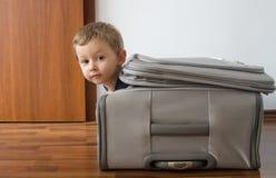 Criança na mala de viagem Fotos de Stock