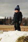 Criança no campo do inverno Imagens de Stock Royalty Free