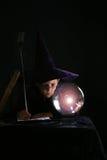Criança no traje do feiticeiro Fotos de Stock Royalty Free