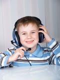 A criança nos auscultadores Fotos de Stock Royalty Free