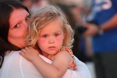 Criança nos braços de sua mãe Fotos de Stock Royalty Free