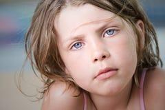 A criança nova bonita com vento varreu o cabelo Imagem de Stock