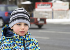 Criança pedestre pela estrada ocupada Fotografia de Stock Royalty Free