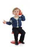 Criança pequena bonito que fala no telefone de pilha Fotos de Stock