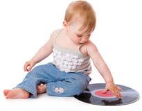 A criança pequena com um registro de gramofone preto Fotos de Stock Royalty Free