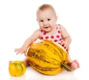 Criança pequena com vegetais e frutas Fotografia de Stock