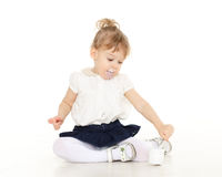 A criança pequena come o iogurte Imagens de Stock Royalty Free