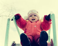A criança pequena está montando uma montanha russa Fotografia de Stock