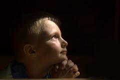 Criança Praying Imagens de Stock