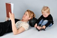 Criança prendida com correias à esfera da prisão Fotografia de Stock Royalty Free