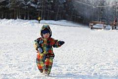 Criança que anda no parque do inverno Fotografia de Stock Royalty Free