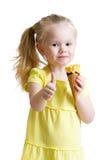 Criança que come o gelado e que mostra o sinal aprovado Foto de Stock