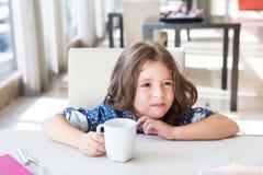 Criança que come o pequeno almoço Fotos de Stock Royalty Free