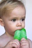 Criança que come o Popsicle Foto de Stock