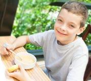 Criança que come a sopa Fotos de Stock Royalty Free