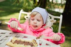 Criança que come waffles com chocolate Fotografia de Stock