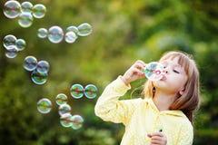 Criança que começa bolhas de sabão Fotos de Stock Royalty Free