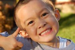 Criança que dá os polegares acima, criança feliz, maneira de ir Fotos de Stock