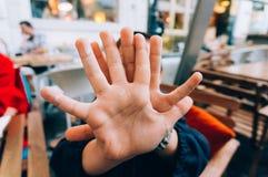 Criança que faz o sinal da parada com mão Foto de Stock Royalty Free