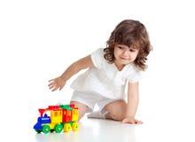 Criança que joga com brinquedo colorido Imagem de Stock