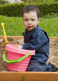 Criança que joga na caixa de areia Foto de Stock