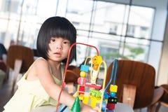 Criança que joga o brinquedo Fotos de Stock Royalty Free