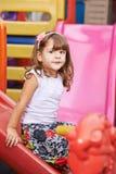 Criança que joga para dentro na corrediça Foto de Stock Royalty Free