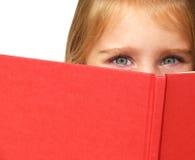 Criança que lê um livro Fotografia de Stock Royalty Free