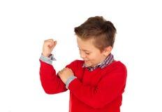 Criança que mostra seu bíceps forte Fotografia de Stock