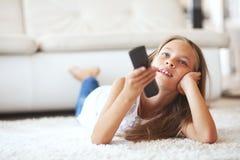 Criança que presta atenção à tevê Foto de Stock