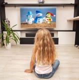 Criança que presta atenção à tevê Fotografia de Stock Royalty Free