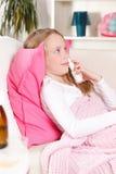 Criança que usa o pulverizador nasal Fotografia de Stock