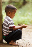 Criança tailandesa que guarda o pássaro pequeno Imagem de Stock Royalty Free