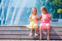 Crianças adoráveis pequenas que comem o gelado no verão Fotografia de Stock Royalty Free