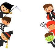 Crianças bonitos que vestem o traje do monstro de Dia das Bruxas Foto de Stock
