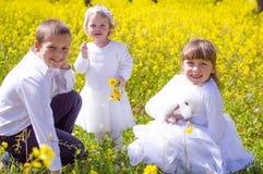 Crianças com coelho do animal de estimação Fotografia de Stock