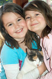Crianças com gato Imagem de Stock Royalty Free