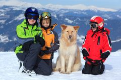 Crianças com o cão nos alpes Fotos de Stock Royalty Free
