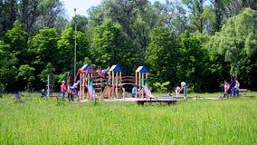 Crianças com pais em crianças novas campo de jogos, Kiev, Ucrânia, vídeos de arquivo