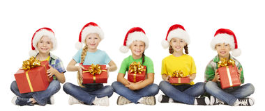 Crianças do Natal, caixa de presente atual, crianças em Xmas Santa Hat Fotografia de Stock Royalty Free
