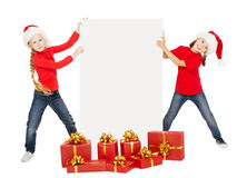 Crianças do Natal feliz que guardam a bandeira Ajudantes de Santa com cartaz Foto de Stock